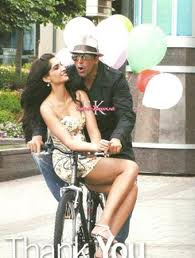 Hot Sonam kapoor With Akshay Kumar on Cycle