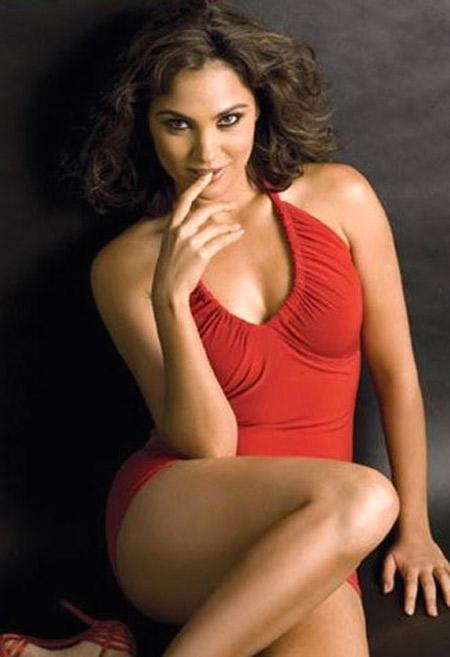 Topless Sizzling Lara Dutta
