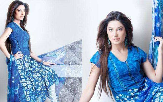 A Very Beautuf Pakistani Model Presenting Hira Lari's Lawn