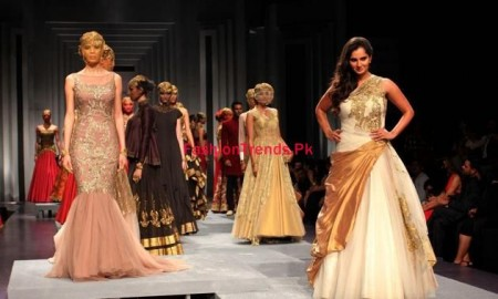 Sania Mirza Cat Walks in Mumbai Bridal Fashion Week
