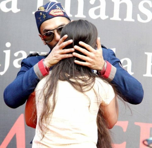 Ranveer pretended to kiss a girl 02