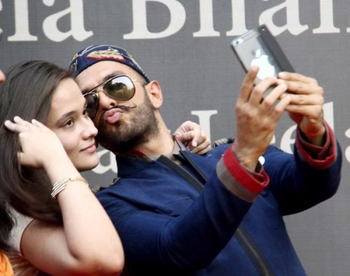 Ranveer pretended to kiss a girl 01