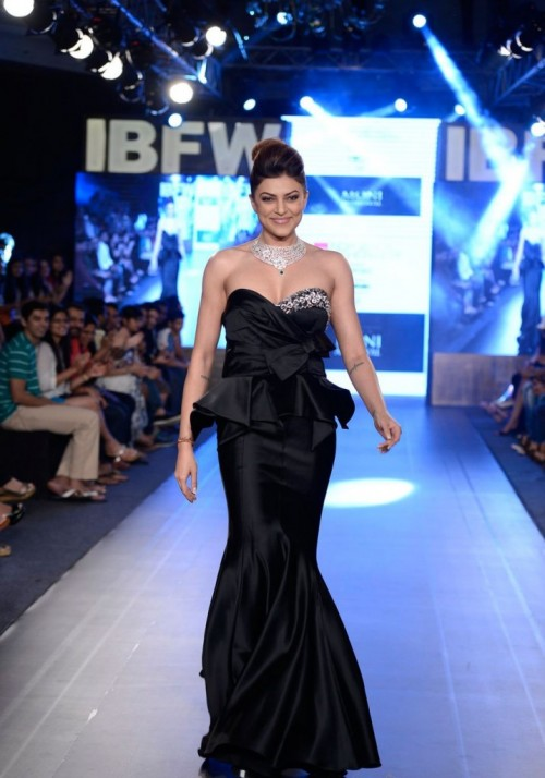 Sushmita Sen Walks the Ramp at Gionee India 09
