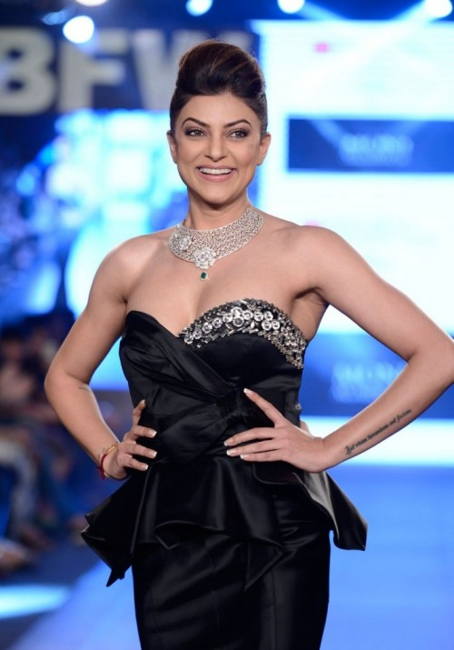 Sushmita Sen Walks the Ramp at Gionee India 08