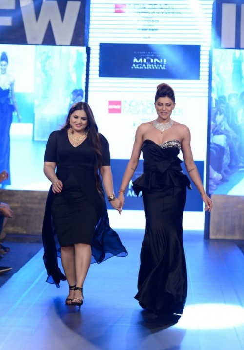 Sushmita Sen Walks the Ramp at Gionee India 06