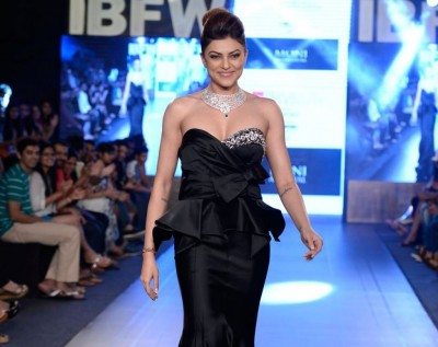 Sushmita Sen Walks the Ramp at Gionee India 03
