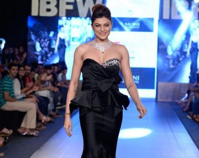 Sushmita Sen Walks the Ramp at Gionee India 04