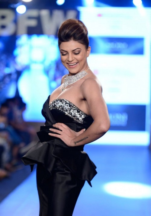 Sushmita Sen Walks the Ramp at Gionee India 01