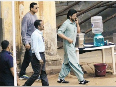 Shah Rukh Khan On Raees Sets