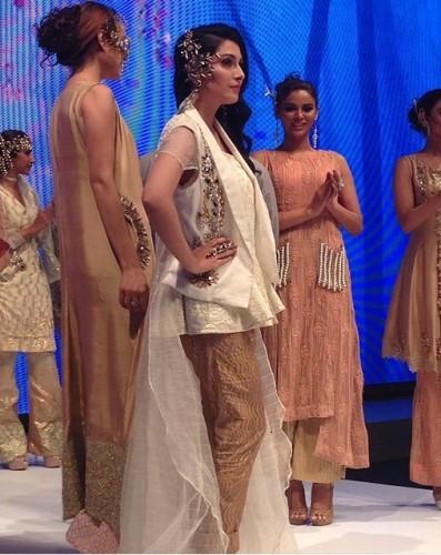 Ayeza Khan Walks The Ramp For Lala Textiles At FPW16