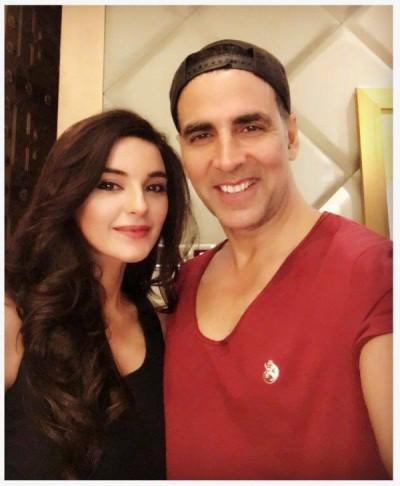 Sadia Khan & Akshay Kumar Selfie in India