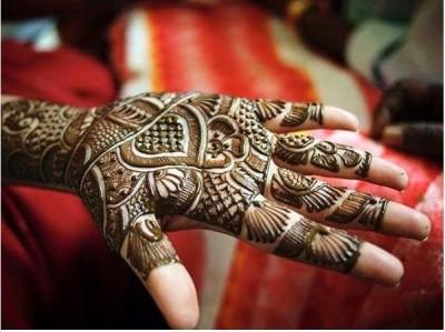 Thick Mehndi Patterns on Full Hand